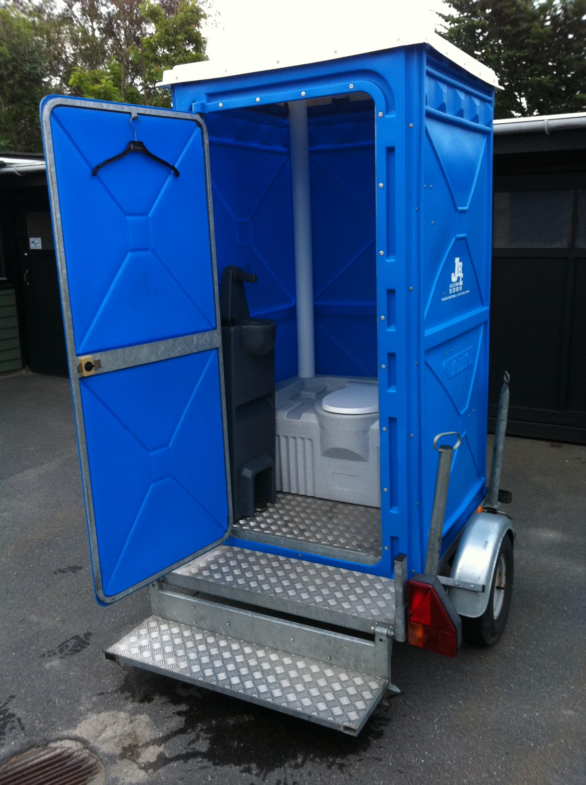 Toilet kabine på trailer.